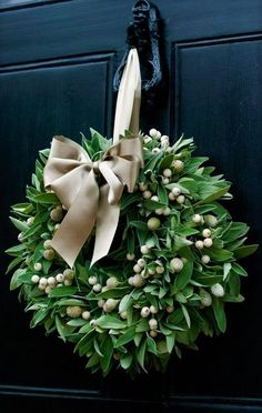 Christmas holidays often come with joy and happiness. This can be emphasized with a bunch of DIY Christmas wreaths to make the holiday complete. The design to choose from when it comes to putting a Ch Noel Christmas, All Things Christmas, Winter Christmas, Christmas Crafts, Natural Christmas, Elegant Christmas, Modern Christmas, Christmas Reath, Nordic Christmas