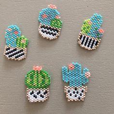 Collection de cactus ! Ben il pleut ☹️ merci @monpetitbazar  #perles #miyuki #miyukibeads #brickstitch #cactus #jenfiledesperlesetjassume #vacances