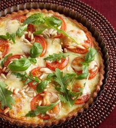 Pestolla maustettu tomaatti-mozzarellapiirakka sopii nautittavaksi salaatin ja lempiviinin kanssa tai teehetken suolapalana. 1. Sulata taikina…