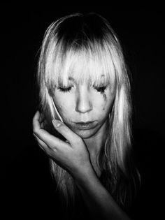 """""""Es gibt viele Fotos, welche voller Leben, aber dennoch schwer zu merken sind. Wichtig ist die Wirkungskraft."""" fand der französische Fotograf ungarischer Herkuft, Brassai. Konzentration auf das Wesentliche bleibt das Thema der dritten Lektion. Die Aufgabe: Das Schwarz-Weiß-Porträt. Beautiful People, Brassai, Black White Photos, Life, Pictures"""