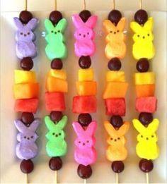 Faça brigadeiros em formato de cenoura e use os palitos para servir. Com as varetas de algodão doce ou palitos de churrasco é possível fazer espetinhos de frutas bem colorido.