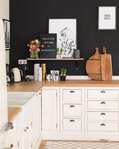Hello 2018! Wir starten in das neue Jahr mit einem Interior Trend für Mutige! Eine schwarze Wand ist das neuste Highlight für Dein Zuhause. Besonders in der Küche macht dieser Trend eine besonders gute Figur. Kombiniert mit hellem Interior und einzigartigen Accessoires, wie dem Becher E sorgst Du für die perfekten Kontraste und setzt die dunkle Wand perfekt in Szene! // Küche Ideen Wandfarbe Schwarz Dekoration Letterboard Deko Becher Typo Typografie #KüchenIdeen#Wandfarbe  @evaundich