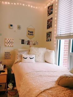 Dorm Room Ideas dorm at University Vinyl Glove Information And Sizing Recomendati College Bedroom Decor, Room Ideas Bedroom, Small Room Bedroom, Bedroom Inspiration Cozy, Girl Bedroom Designs, Cozy Room, Aesthetic Bedroom, Dream Rooms, My New Room