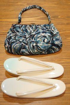 とろけるような乳白色に澄んだ浅葱色が優しくぼかされた草履に、様々な青の硝子ビーズが幻想的な装飾模様を描き出すビンテージビーズバッグのセットです。