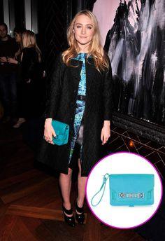Los accesorios must de las celebridades: Saoirse Ronan con la clutch PS11 de Proenza Schouler.