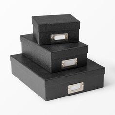 Box Elvira svart, A4 Svart ton i ton mönstrad pappbox för A4-dokument, av FSC-märkt papper. Finns i flera färger och storlekar.  Bredd: 25,5 cm Djup: 31,5 cm Höjd: 8 cm 69:- Nr. 88376667 www.ahlens.se
