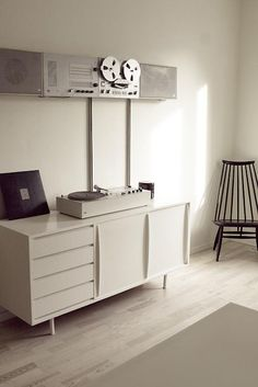 neutral interior / stereo system by dieter rams for braun (photo: erno forsström)