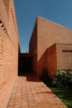 Gimnasio Fontana - Rogelio Salmona Brick Architecture, Architecture Details, Brick Works, Build A Wall, Building Exterior, Red Bricks, Architectural Elements, Facade, Terra Cotta