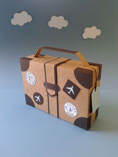 Cardboard suitcase - so cute! Cardboard Suitcase, Diy Cardboard, Summer Crafts For Kids, Diy For Kids, Airplane Party, Travel Party, Vintage Airplanes, Safari Party, Travel Themes