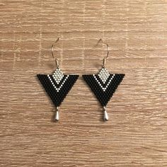 Boucles M. - Triangle - Noir et Argenté ! Boucles en perles et fils en nylon Miyuki. Tissage à la main. Fermoir en argent 925. 22€