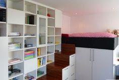 Dormitorio pequeño con mucho espacio de almacenaje.