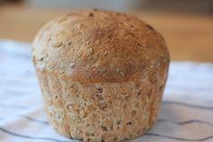 Grovt surdeigsbrød av spelt, linfrø og solsikkefrø