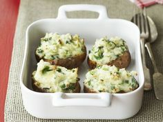 Kartoffeln gefüllt mit Käse und Frühlingszwiebeln ist ein Rezept mit frischen Zutaten aus der Kategorie Wurzelgemüse. Probieren Sie dieses und weitere Rezepte von EAT SMARTER!