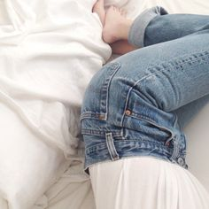 LEVI JEANS ! Basic outfits are one of our favourites. It's chick, effortless and timeless.