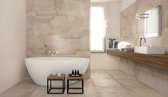 Lichte badkamer met beige tinten en vloer- en wandtegels met kleur verschillen.
