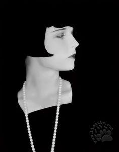 """Una poesia di Anna Achmatova, il cui vero nome era Anna Andreyevna Gorenk. Russa, amante di Dante, definita la matriarca della poesia russa.  """"Al collo un filo di esili grani, celo le mani nel largo manicotto, gli occhi guardano distratti e non piangeranno mai più. Sembra il volto più pallido per la seta che tende al lilla, [segue]  #annaachmatova, #poesia, #russia, #italiano,"""