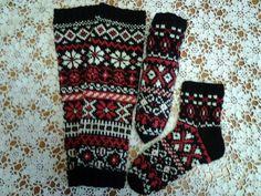 Sukat neuloin telkkaria katsoessa kuten monet muut sukat ennen näitä. Polvisukat syksyn kylmään ilmaan. Kanervan väri löytyi suosikki lankani Nallen sävyistä. Ideana oli tehdä erilaisilla neulepinnoilla sukka. Neulon sukkia ilman ohjeita ns. omasta päästä . Joka päivä on neulonta päivä. Neulominen on ihan verissä. Sukulaisilla on kestotilaus sukista ja kaverit saa niitä lahjaksi. Ohjeen tekeminen onnistuu.