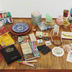 Montando meu painel criativo com referências de tudo aquilo que me inspira, que vira minha cabeça, que aquece meu coração...  🖼☁😍🙃🎨 E minha companheira nessa jornada é a #oficinaamandamol  #sucodenuvem #leveza #cores #sonhos #diy #decor #arte #delicadezas #fofuras #flores #amandamol #ilustracao #wonderland #amelie #oz #craft #fisica #deus#books #juliejulia #papelaria #candycolors #vintage #perolas #estampasflorais #borboletas #fantasia #organizacao #caixinhas