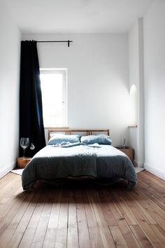 Спальные комнаты: как организовать интерьер в условиях ограниченного пространства и 85 лучших реализаций http://happymodern.ru/spalnya-9-kv-m-dizajn-foto/ С помощью высоких потолков и белоснежной отделке комната кажется довольно просторной