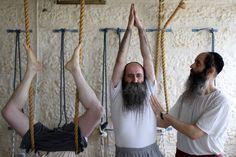Ultra-ortodoxos judeus yoga professor Abraham Kohlberg leva uma aula de yoga na cidade de Beit Shemesh, Israel em 05 de abril. Desde segregação é praticada por judeus ultra-ortodoxos, o estúdio oferece aulas separadas para homens e mulheres. Namaste: Ultra Orthodox Jews practice yoga in Israel photoblog.nbcnews.com
