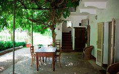 PIEMONTE | Agriturismo La Capuccina Sfeervolle agriturismo, met een super keuken, sauna en zwembad. En honden mogen mee! B & B, Cool Places To Visit, The Good Place, New Homes, Golf, Patio, Nice, Outdoor Decor, Travel