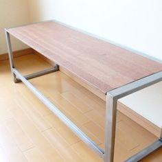 Iron&wood ローボードベンチアイアン角パイプを使用したベンチとしても使用できるローボードデスクです。使い方は自由。床に座って使う机として、またはベンチとしても十分に強度がある作りとなっています。使用素材は20mm×40mmアイアン角パイプ、天板はアピトン材。アイアンは磨きとクリア塗装(防錆)仕上げ。素地を活かしたままとなっています。アピトン材はオイルステイン仕上げとなっています。サイズ高さ約440mm 幅約1200mm 奥行410mm
