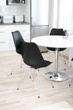 mustat keittiönpöydän tuolit