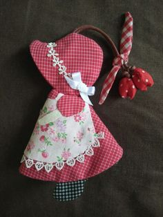 The beautiful doll Sue Sunbonnet this time turns into an original bag holder. Machine Embroidery Applique, Applique Patterns, Applique Quilts, Applique Designs, Quilt Patterns, Knitting Patterns, Sunbonnet Sue, Sewing Crafts, Sewing Projects