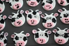 Such cute cow cupcakes! Perfect for a farm themed party. Of course, not a fan of fondant's taste but it might be cute to have some of these on display.