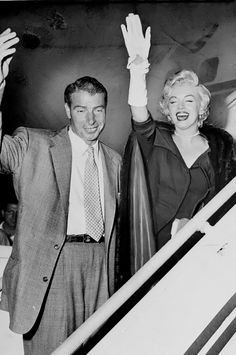 Marilyn and Joe DiMaggio departing New York for Los Angeles, September Joe Dimaggio Marilyn Monroe, Rare Marilyn Monroe, Marilyn Monroe Photos, Marilyn Monroe Marriages, Marriage Pictures, Viejo Hollywood, New York, Famous Couples, Norma Jeane