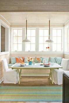 Quand la belle saison revient, manger dans la véranda s'impose. Beach Style Dining Room by Southern Living (Houzz).