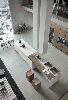 """Il contrasto del pavimento in simil-cemento con il legno non è per niente male. In ogni caso si può sempre """"scaldare"""" con un bel tappeto davanti al divano :)"""