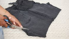 Comment recycler son jean troué en jupe ! (astuce zéro déchet à tester absolument)) Diy, Fashion, Recycle Old Clothes, Sewing For Beginners, Tutorial Sewing, Holey Jeans, Make A Skirt, Moda