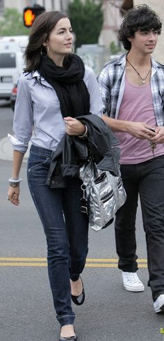 Maybe this should be my new uniform: jeans, flats, loose button up and big scarf.  Camilla Belle is pretty.