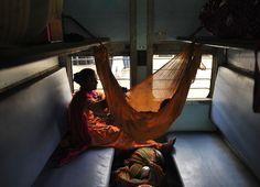 Hyderabad, Andhra Pradesh, India Una donna in treno con suo figlio – che dorme in un'amaca – in uno scompartimento per sole donne. (NOAH SEELAM/AFP/Getty Images)