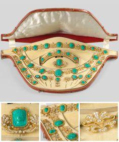 Malachite Tiara Parure by Nitot et Fils. Cameo Jewelry, Royal Jewelry, Luxury Jewelry, Modern Jewelry, Jewelry Sets, Fine Jewelry, Ancient Jewelry, Antique Jewelry, Vintage Jewelry