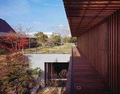 這是建築師 菅匡史 的養生宅作品,位於大阪的獨棟式二階住宅。擁有良好基地位置的空間,是屋主希望在此建構未來退休人生的地方,保留原本的庭院綠地,讓建築退回更小的面積。懸山式的屋頂氣勢非凡,顯示主人家的格調,地下一階刻意設置了小水塘,讓水可以緩緩流動,和人生一樣進入另一個循環。 via 菅匡史建築研究所