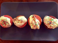 Bunte Muffins mit Joghurthaube
