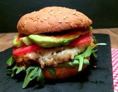 Vegetarburger af limabønner og grønkål med cheddar, avokado og chipotle-mayo