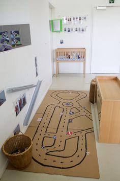 Autohoek: Een racebaan getekend op karton - Kinderdagverblijf De Bijendans Stad Gent