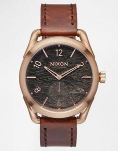 Armbanduhr von Nixon weiches Lederarmband Uhrenwerk mit zwei Zeigern Design mit verschiedenen Anzeigen Zahlen- und Strichmarkierungen Dornschließe 10 atm wasserdicht bis 100 Meter (330 Fuß)