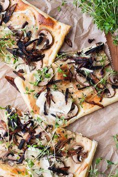 Blätterteig-Tarte mit Champignons, Ziegenkäse und karamellisierter Zwiebeln. Dieses 8-Zutaten Rezept ist schnell, einfach und verdammt lecker. So geht Deluxe-Feierabendessen. Unbedingt probieren - kochkarussell.com