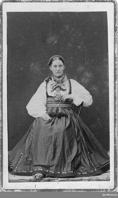 Portrett av Jakobine Eikjarud – Bø Museum   Beltestakk Folk Costume, Fashion History, Folklore, Museum, Painting, Art, Hipster Stuff, Art Background, Painting Art