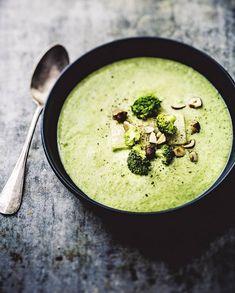 Recette Crème de brocoli légère aux noisettes : Faites cuire à l'eau le brocoli taillé en morceaux. Faites suer 1 oignon haché avec 1 cuil. à café d'huile de noisette. Ajoutez 50 cl de lait d'avoine, le brocoli, à l'exception de quelques bouquets. Au bout de 15 mn, mixez le tout ave...
