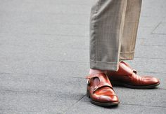 shoes without socks. New York Street Style, Urban Street Style, Spring Street Style, Suit Fashion, Mens Fashion, Shoes Without Socks, Double Monk Strap, Tommy Ton, Preppy Men