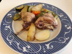 Il coniglio al forno è un secondo piatto che rivendica a questa carne bianca il posto che merita nella nostra cucina! Magra, economica e con caratteristiche nutrizionali di tutto rispetto, la carne di coniglio viene spesso surclassata da altre tipologie di carne: spesso si dice che risulta stopposa