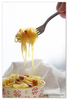 Pasta all'amatriciana, ovvero la pasta alla gricia Pasta All Amatriciana, Italian Pasta Recipes Authentic, Spaghetti Recipes, Easter Recipes, Tableware, Cooking, Kitchen, Dinnerware, Tablewares
