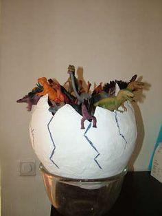 Een dino ei maken van papier mache Vullen met zakjes dinokoekjes en kleine dino's. Geniaal!