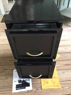 painting the filing cabinet with chalkboard paint Painted File Cabinets, Old Cabinets, Painting Metal Cabinets, Filing Cabinets, Cupboards, Cupboard Makeover, Desk Makeover, Cabinet Molding, Wooden Cupboard