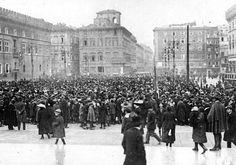 Piazza Venezia (sconosciuto, 1917) Folla che celebra la liberazione di Gerusalemme in Piazza Venezia.